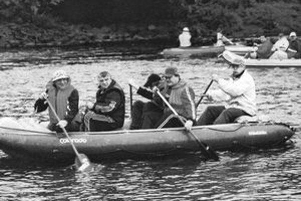 Karol Vojtaník (druhý zľava), zakladateľ Košického vodáckeho maratónu.