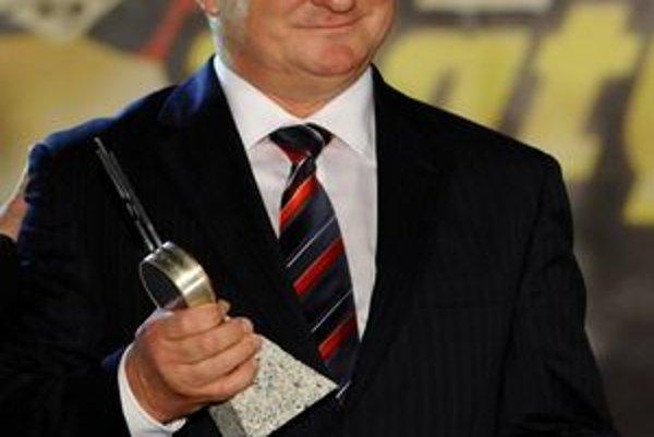 V rámci ostatnej ankety Zlatý puk získal znovu ocenenie pre najlepšieho trénera.