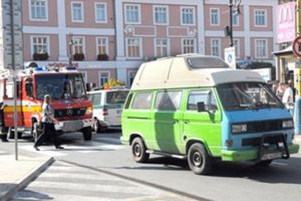Nehoda. Zelený VW zrazil Michaelu.