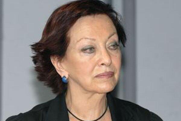 Kornélia Betáková (Most). Miestni poslanci jej odklepli rekordné zníženie platu. Inicioval to jej kolega.