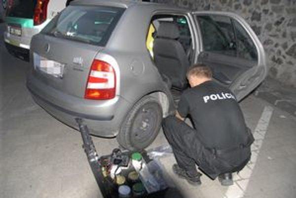 Vykradnuté auto. Policajti počas leta neraz zaisťovali stopy.