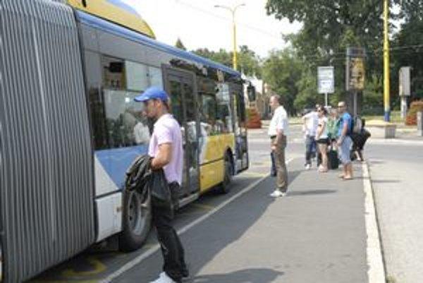 Autobusy MHD. Majú zastavovať a odchádzať zo zastávok v poradí, v akom prišli.