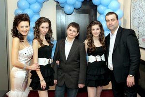 Marián Gaj s rodinkou. Otec starosta, mama speváčka, dcéry krasokorčuľujú, syn hrá vodné pólo.