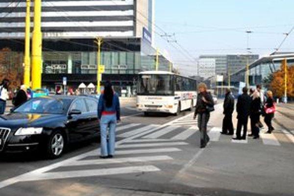 Priechody. Chýbajú semafory, ľudia musia riskovať.