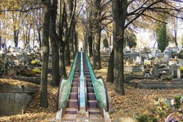 Eskalátory nahradili strmé a poškodené schody.