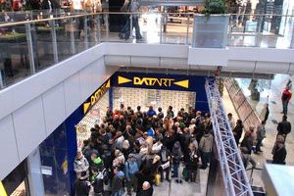 Najväčší nával bol ráno pred predajňou DATART.