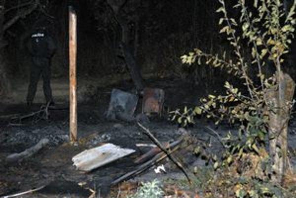 Chatrč zhorela do tla, zostala len poškodená piecka.