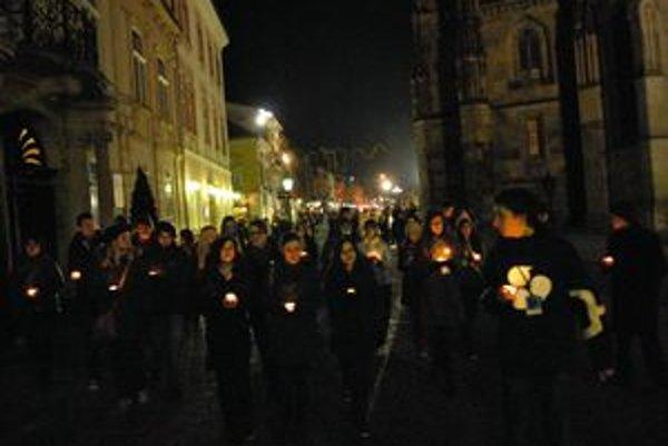 Sviečkový pochod. Mladí študenti považujú za najväčší výdobytok novembra slobodu.