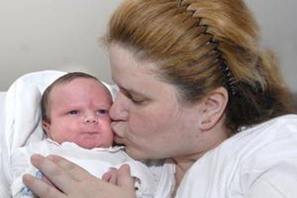Malý Dominik so šťastnou mamičkou. Narodil sa až 45 minút po polnoci.
