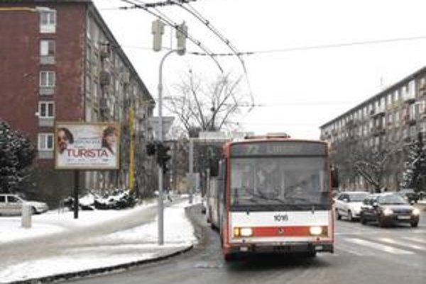 Mier. Trolejbusy tu musia točiť vpravo, rovno troleje nevedú.