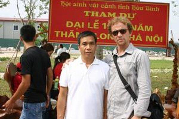Pavla Duchyňu (vpravo) vzal do svojej rodnej krajiny liečiteľ Van Ty (vľavo).