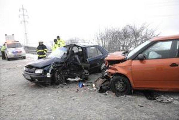 Dobogov. Rozmlátené autá a viacero zranených. Felicia mala zjazdené letné pneumatiky!