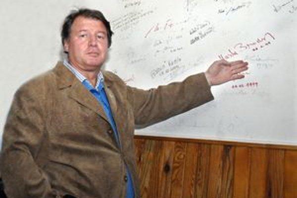 Starosta a stena s autogramami celebrít. Najviac si cení podpis muzikanta Kena Hensleyho.