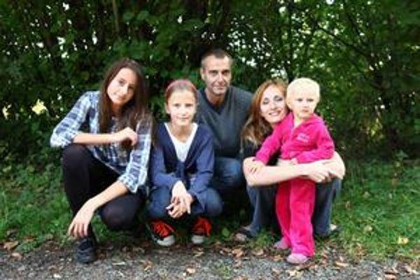 Richard Raši s rodinou. Najväčším miláčikom je najmladšia dcéra Romana.