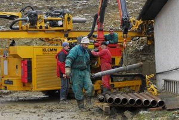 Práce na odvodnení problémového svahu sa rozbehli.