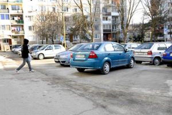 Námestie kozmonautov. Nové parkovacie miesta už Jazerčania využívajú, asfalt bude dokončený na jar.