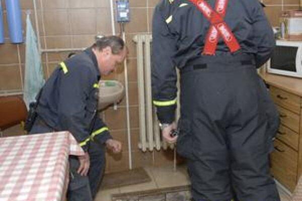 Meranie. Hasiči zisťovali prítomnosť plynu aj v šachte.