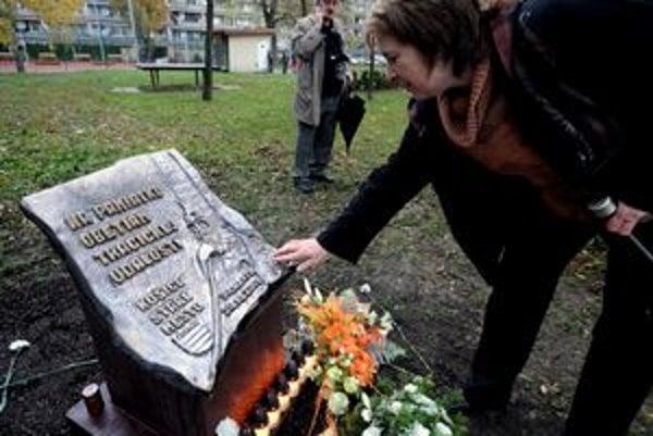 Pamätník je spomienkou na obete tragickej havárie električky z roku 1978.