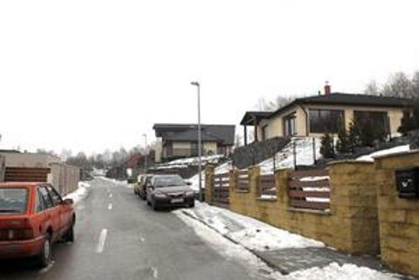 Susedia cez ulicu. Rodinné domy exšéfa TEKO a šéfa G1 ležia proti sebe v novej vilovej štvrti v Kavečanoch.