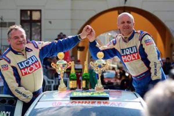 S pohármi pre najlepších (vpravo) po rely v metropole Šariša.
