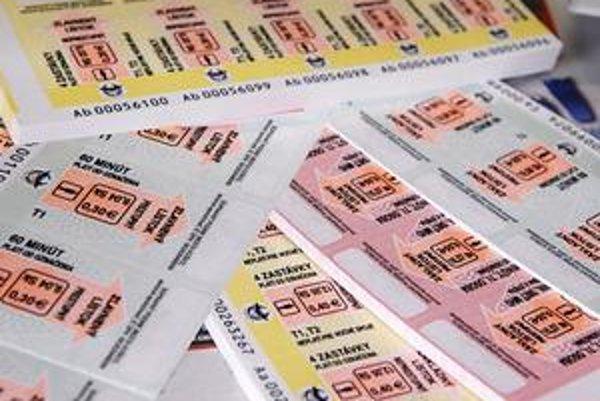 Lístky. Dva zľavnené majú napríklad väčšiu hodnotu ako 40-centový na 4 zastávky.
