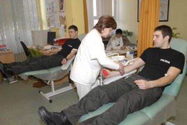 Mobilný odber. Spolužiaci J. Bocko (vpravo) a M. Miškovič.