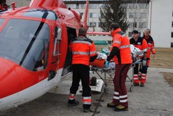 Ťažko popáleného muža prevážali do Šace vrtuľníkom.