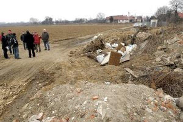 Čierna skládka je na hranici lokality, kde si Barčania stavajú domy. Ďalej je len orná pôda smerom k letisku.
