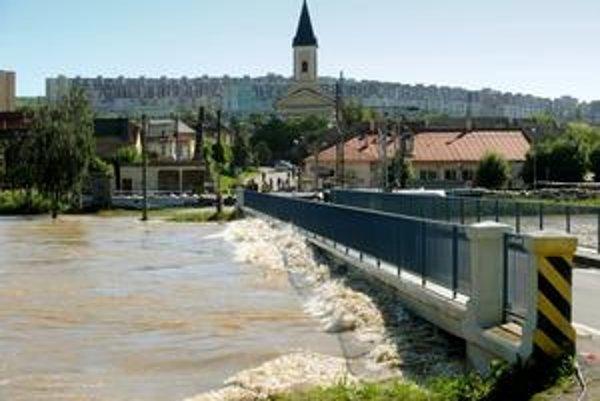 Pod vodným dielom Ružín Hornád zaplavuje viesky.