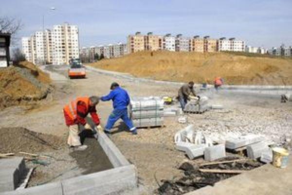 Stavbári finišujú. Cesta je už takmer pred dokončením. Termín je do konca apríla.