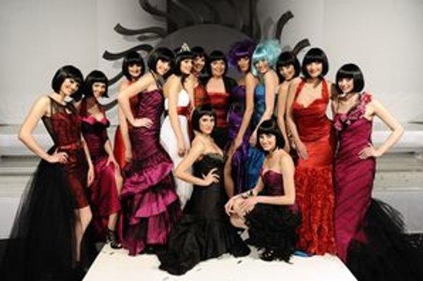 Módna návrhárka so svojimi modelkami.