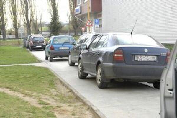 Parkovanie na Važeckej. Vozidlá stoja, kde sa dá, i po chodníkoch. Nové miesta tam sú plánované, no v tomto roku sa z nich Jazerčania tešiť nebudú.