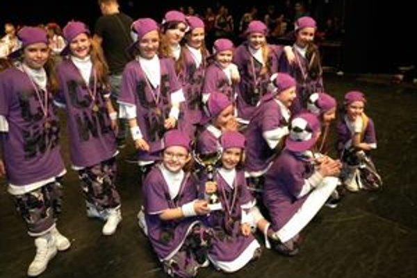 Víťazná formácia. Tanečníci z D. S. Studia vyhrali s choreografiou Deti Bronxu.