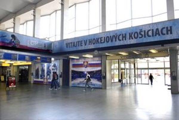 Železničná stanica. Už aj na nej vidno, že sa blíži hokejový šampionát.