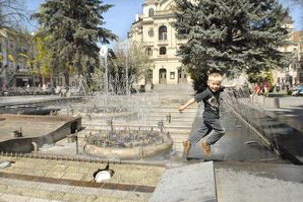 Koncert v parku. Najkrajšia fontána pred divadlom zahrala Košičanom pokusne už včera a vykúzlila čarovnú atmosféru v meste.