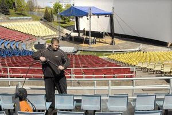 Mení tvár. Včera v areáli amfiteátra umývali nielen sedačky, ale začali stavať aj pódium s veľkou obrazovkou.