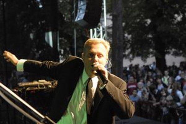 Janko Kuric. S kapelou Vidiek prispejú k výbornej atmosfére.