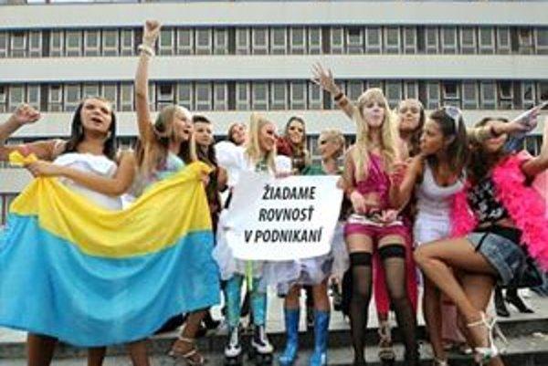 Pred magistrátom demonštrovali prostitútky z Ukrajiny.