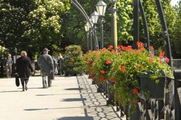 Rozkvitnutý most. Pri Jakabovom paláci vznikla nová záhrada.