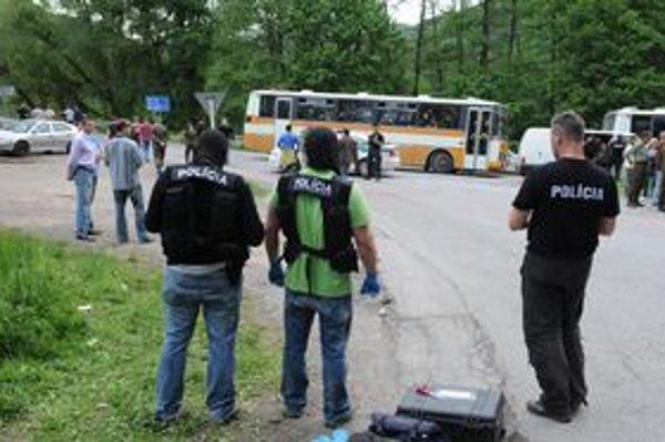 Polícia dokumentuje stopy na mieste činu medzi Kysakom a Obišovcami.