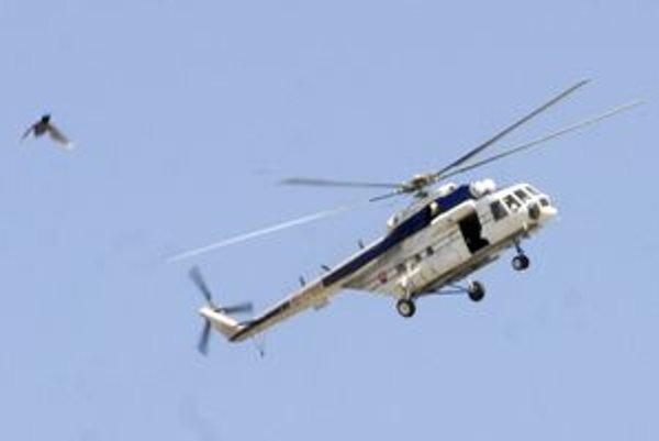 Vrtuľník lietal s otvorenými dverami, o dopravu v meste jeho posádke asi nešlo.