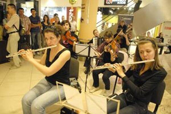 Veni academy. Súbor talentovaných mladých muzikantov odohral nezvyčajný koncert medzi butikmi.
