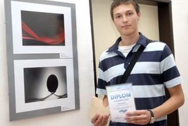 Košičan Filip Petrik s diplomom a svojimi fotkami.