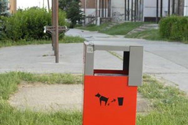 Kôš na psí trus. Doň môžu obyvatelia hádzať psie exkrementy.