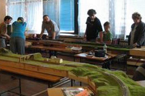 Košickí modulári pri simulácii železničnej premávky. Tretí z ľava I. Nemčok, vpravo od neho R. Link.
