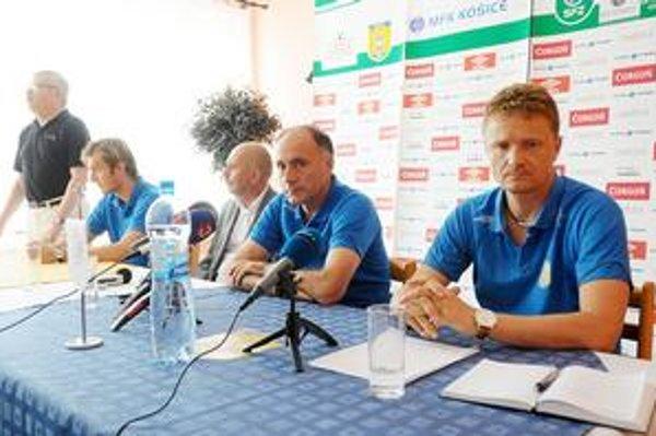 Pred novinármi sa predstavili, sprava vedúci mužstva Ivan Kozák, tréner Žarko Djurovič, predseda dozornej rady Daniel Rusnák a kapitán tímu Róbert Cicman.