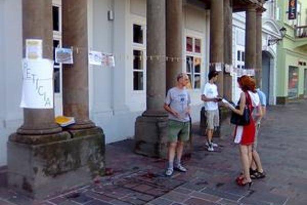 Petícia sa rozbehla pred budovou bývalého Ústavného súdu SR.