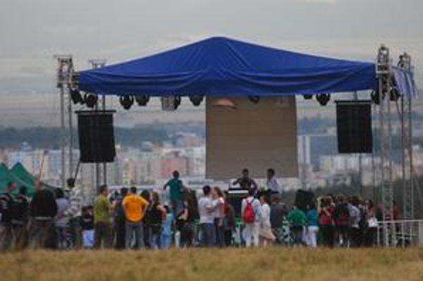 Búrky a fámy. Lúky pod Bankovom sa zapĺňali pomalšie, rozchýrilo sa, že kvôli počasiu sa festival zrušil.