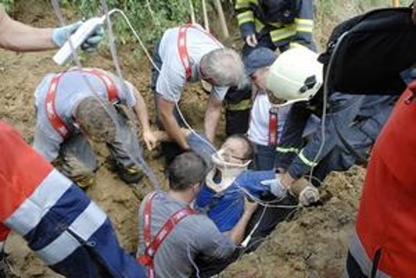 Zasypaný robotník. Mužovi trčala z hliny len hlava. Kolegovia okamžite pomáhali, zalarmovali hasičov a záchranárov.