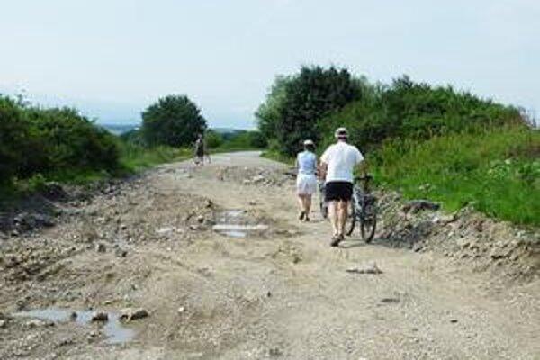 Neprejazdná Slanecká. Ešte v júni z nej cestári odstránili poškodený asfaltový koberec. Práce spomalil geologický prieskum a geodetické zameranie.